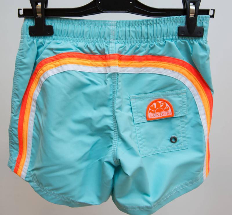 Sundek: Boardshort  licht blauw met regenboog oranje / wit