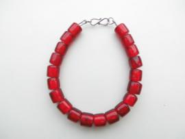 Rode ingi boca kralen bracelet met zilveren sluiting.