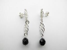 Zilveren mattenklopper zwart kraal oorbellen.