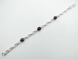 Zilveren tarate bracelet met rode kralen.