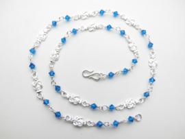 Zilveren mattenkloppers blauwe kralen ketting. (50 cm)