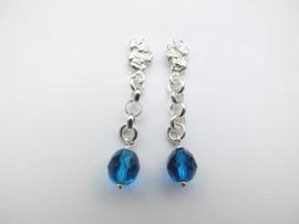 Zilveren piet-piet blauwe kralen oorbellen.