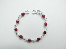 Zilveren rode kralen baby bracelet.