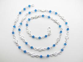 Zilveren mattenkloppers blauwe kralen ketting. (60 cm)