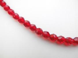 Rode kralen snoer met zilveren sluiting.