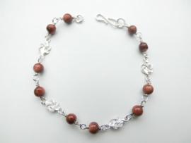 Zilveren mattenkloppertjes zandsteen kralen bracelet.