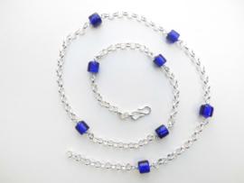 Zilveren lontai ketting met blauwe ingi boca kralen.