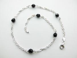 Zilveren zwarte kralen singapore ketting. (50 cm)