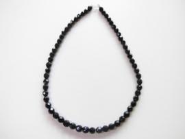 Zwarte ogrie ai kralen snoer met zilveren sluiting. (8 mm)