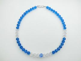 Blauw-witte kristal kralen snoer met zilveren sluiting.