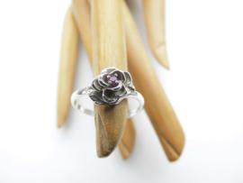 Zilveren roos ring met rood steentje.