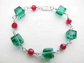 Zilveren groen-rode kralen bracelet.