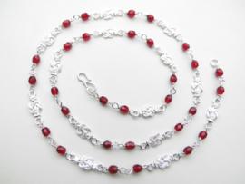 Zilveren mattenkloppers rode kralen ketting. (60 cm)