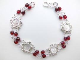 Zilveren muntjes-rode kralen bracelet.