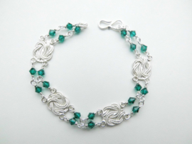 Zilveren mattenklopper groene kralen bracelet.