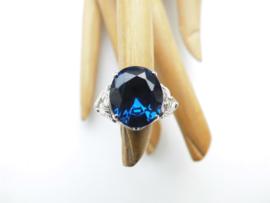 Zilveren blauwe steen dames ring.