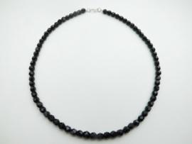 Zwarte ogrie ai kralen snoer met zilveren sluiting. (6 mm)