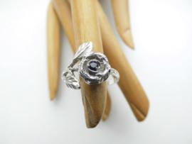 Zilveren roos met blauw steentje ring.