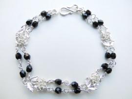 Zilveren roosjes zwarte kralen bracelet.