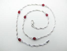 Zilveren baby singapore ketting met rode kraaltjes.