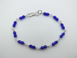 Zilveren blauwe kralen bracelet.