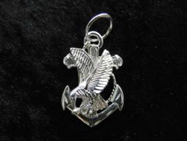 Zilveren adelaar-anker hanger.