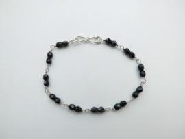 Zilveren zwarte kralen bracelet.