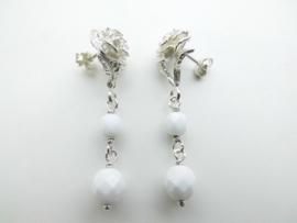 Zilveren roos oorbellen met witte kralen.
