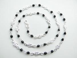 Zilveren mattenkloppers zwarte kralen ketting. (60 cm)