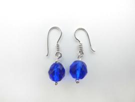 Zilveren kobalt blauwe kralen oorbellen.