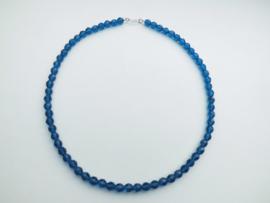 Blauwe kralen snoer met zilveren sluiting.
