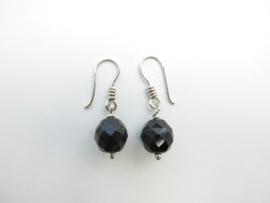 Zilveren zwarte kralen oorbellen.