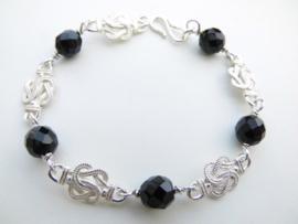 Zilveren mattenklopper zwarte kralen bracelet.