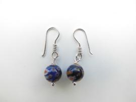 Zilveren blauwe bloem kralen oorbellen.