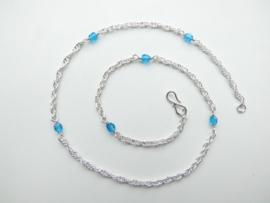 Zilveren baby tarate ketting met blauwe kralen.