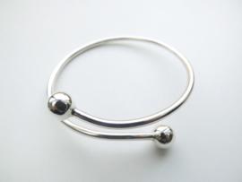 Zilveren gladde armband.