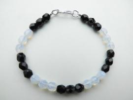 Zwart/witte kralen bracelet met zilveren sluiting.