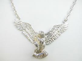 Zilveren adelaar die slang pakt tarate ketting.