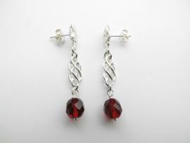 Zilveren piet-piet rode kralen oorbellen.