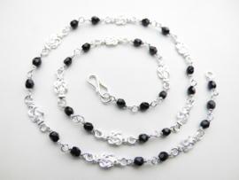 Zilveren mattenkloppers zwarte kralen ketting. (50 cm)