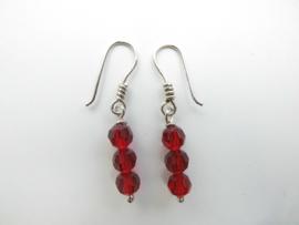 Zilveren rode kristal kralen oorbellen.