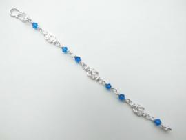 Zilveren baby mattenkloppertjes bracelet met blauwe kralen.