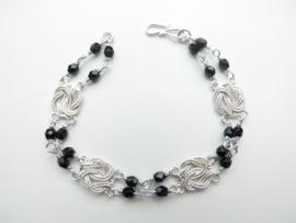 Zilveren mattenklopper-zwarte kralen bracelet.