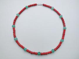 Rode ingi boca en groene kralen snoer met zilveren sluiting.