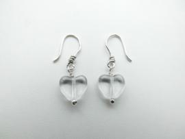 Zilveren doorzichtige hartjes oorbellen.
