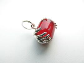 Zilveren handen die rode ingi boca kraal vasthouden hanger.