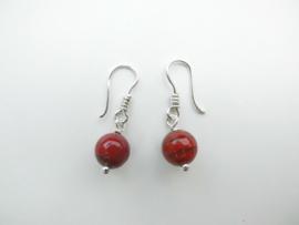 Zilveren rood/bruine kralen oorbellen.