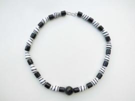Kromantie - zwart ingi boca kralen snoer met zilveren sluiting.