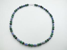 Groen/blauwe kralen snoer met zilveren sluiting.