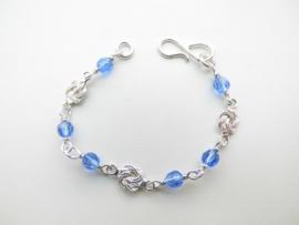 Zilveren mattenkloppertjes blauwe kralen baby bracelet.